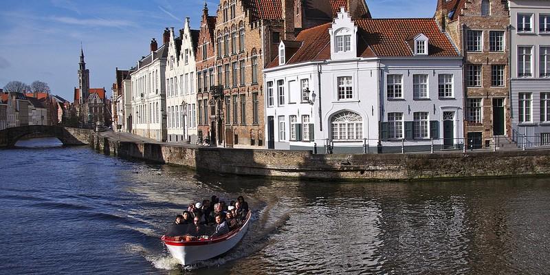 paseo en barco por los canales de brujas